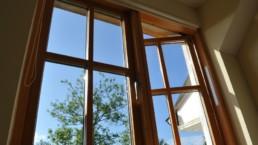 ventajas de elegir madera natural en puertas y ventanas